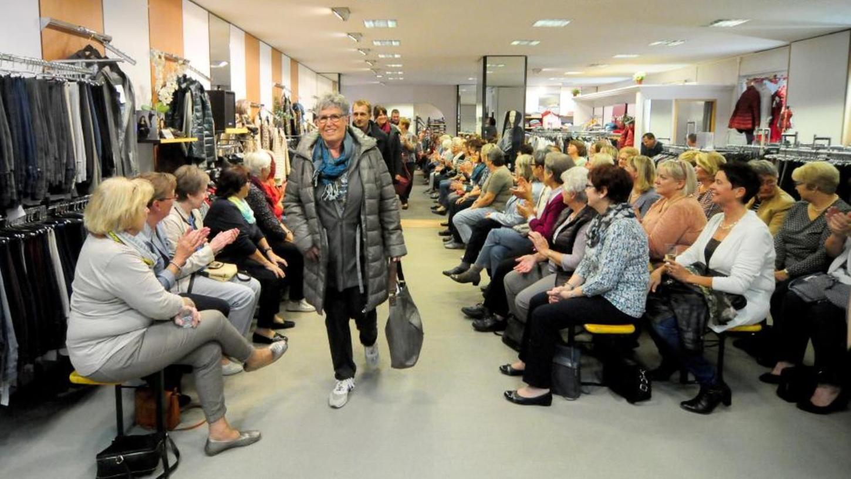 Im Modehaus Pegnitz fanden sich über 100 Besucherinnen beziehungsweise Kundinnen ein, um sich die aktuelle Trendmode für Herbst und Winter anzuschauen.