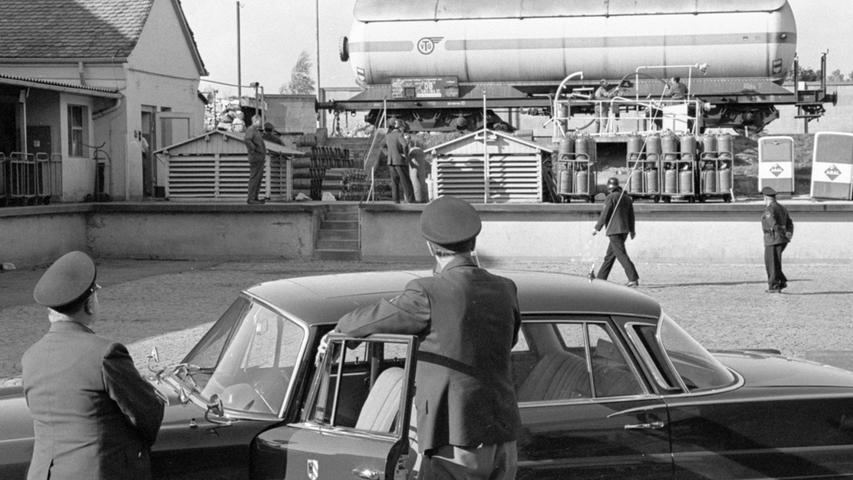 Feuerwehr und Polizei bei ihren angestrengten Bemühungen, die Gefahr zu bannen: die hochexplosive Flüssigkeit wird aus einem unterirdischen Schacht in einen Kesselwagen gepumpt.  Hier geht es zum Kalenderblatt vom 4.Oktober 1967: Ganzes Wohnviertel wie auf einem Pulverfaß.