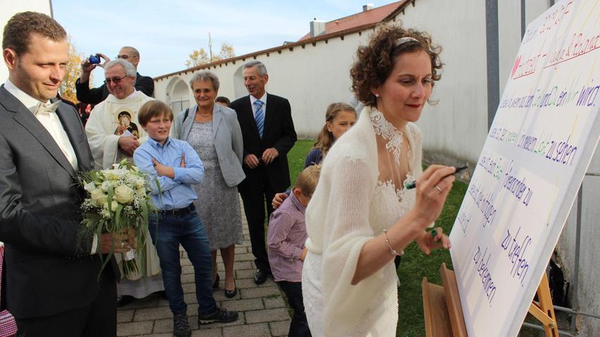 Die Hochzeitsglocken der Wallfahrtskirche Mariä Namen in Trautmannshofen läuteten für Nadja und Roland Kleiner. Pfarrer Gerhard Ehrl traute das Paar im Heimatort der Braut und hielt die Hochzeitsmesse, die von Karoline Wolfsteiner auf der Orgel musikalisch begleitet wurde.  Bei der Trauungszeremonie erfreuten mit einem Musikstück der Bruder des Bräutigams mit Klarinette und die Schwägerin auf der Orgel. Eine große Überraschung der Brauteltern wartete auf das Brautpaar vor der Kirche. Nachdem beide den Beruf des Lehrers ausüben, mussten sie einen Lückentext über die gemeinsame Liebe füllen, den sie mit Bravour bestanden. Danach ging es im Brautauto, einem Renault Caravelle Oldtimer Baujahr 1968, nach Pilsach, wo mit den Hochzeitsgästen im Hotel-Gasthof am Schloss noch zünftig gefeiert wurde.  Die 40-jährige Gymnasiallehrerin, eine geborene Burger aus Trautmannshofen, und der zwei Jahre ältere Gymnasiallehrer, lernten sich am gemeinsamen Arbeitsplatz am Gymnasium in Beilngries kennen und sind seit 2009 unzertrennlich. 2012 hat sich das Brautpaar in Hainsberg bei Dietfurt eine gemeinsame Wohnung eingerichtet. In Deggendorf, in der Heimatstadt des Bräutigams, schloss es 2013 auf dem Standesamt den Bund der Ehe und im Oktober vor einem Jahr wurde Tochter Felicitas geboren. Die Hochzeitsreise geht für ein paar Tage nach Südtirol.