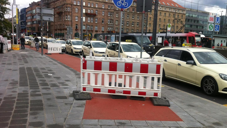 Abruptes Ende eines Radwegs: Nicht nur vor dem Hauptbahnhof, sondern auch gegenüber am Königstorgraben hört der rote Streifen kurz vor dem neu angelegten Überweg auf.