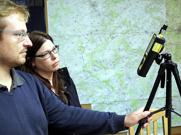 """André Fitzthum und Kerstin Mach von der Initiative """"Etz langt's"""" haben mit einem Messgerät ermittelt, wie hoch die Feinstaubbelastung in der Nähe der US-Kaserne Katterbach ist."""