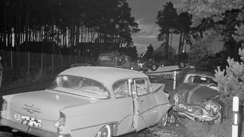 Drei Wracks am Unfallort: Windschutzscheiben sind geborsten, die Kühlerhauben eingedrückt.  Hier geht es zum Kalenderblatt vom 5.Oktober 1967: Bilanz des Schreckens