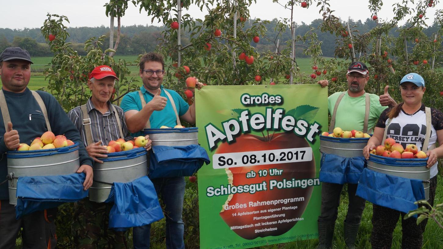 Familie Krafft und viele Helfer freuen sich auf ein gelungenes Apfelfest.