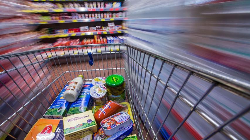 Um die Zahl der Kunden in einem Geschäft überschaubar zu halten, gab und gibt es Zutritt nur mit Einkaufskorb oder -wagen.