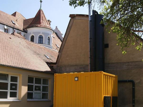 Im Garten der Polizeidienststelle steht dieser Container, in dem sich die Stripanlage befindet, die belastetes Grundwasser reinigt.