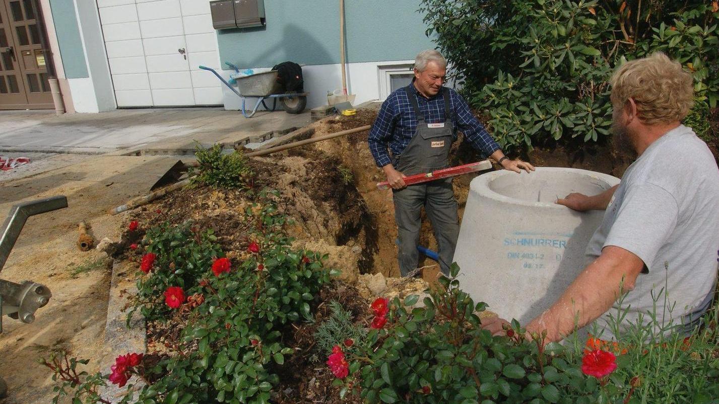 In einem Blumenbeet ist die Grundwassermessstelle gut versteckt. Das Wasser aus dem Schacht wird künftig zur Reinigung in die Stripanlage gepumpt.