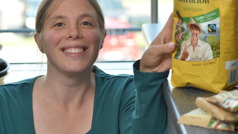 Auch das Landratsamt geht mit gutem Beispiel voran, unter anderem gibt es fair gehandelten Kaffee: Monika Hübner zeigt die Packung.