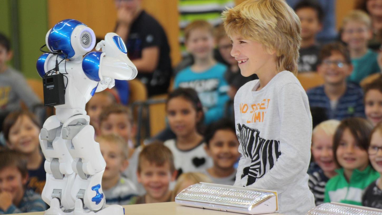 Der Förderkreis der Grundschule Niederndorf hat den kleinen Roboter Nao in die Schule gebracht. Finanzielle Unterstützung hatten die Eltern dabei von den Herzo Werken. Die Schüler waren von ihrem Besucher hellauf begeistert.