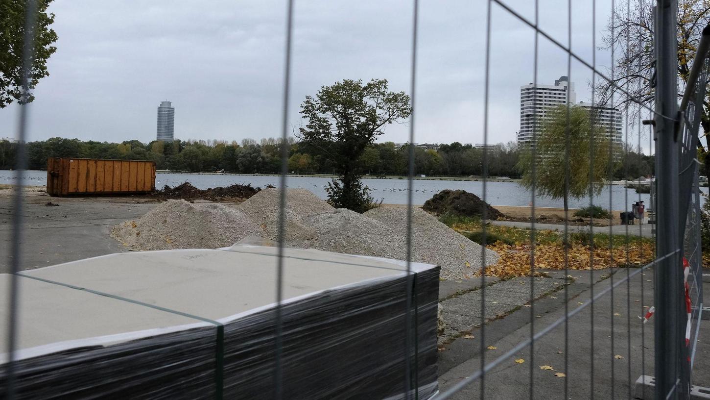 Am Nordufer des Wöhrder Sees steht der Bauzaun schon bereit: Neben der 2013 angelegten Attraktion wird ein weiterer, etwa 125 Meter langer Sandstrand vom Wasserwirtschaftsamt angelegt.