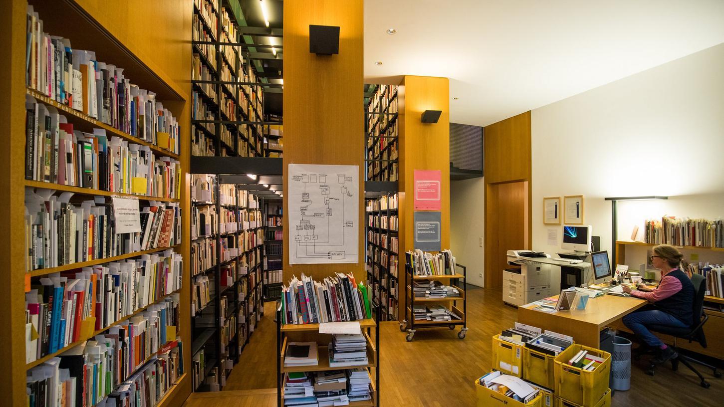 Die Räumlichkeiten des Instituts für moderne Kunst. Hier lagern rund 24.000 Dossiers zu namhaften und weniger bekannten zeitgenössischen Künstlern sowie 600.000 Publikationen, Drucksachen und Presseausschnitte zur Kunst ab 1945.