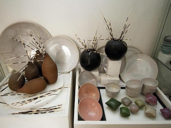 Keramik entsteht im Atelier von Ulrike Pilzecker, die zudem Gemälde von Michael Grebner zeigt und auch einen Gast mit Lyrik eingeladen hat. t