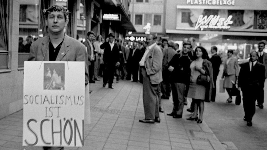 Bei der ersten Hippies-Demo durch Nürnberg staunten die Passanten nicht schlecht über die Schrifttafeln, die Schüler und Studenten sich umgehängt hatten. Hier geht es zum Kalenderblatt vom 12. Oktober 1967: Hippies erregten Aufsehen