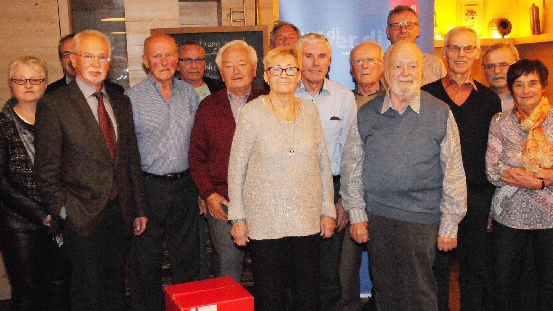 Kampfkräftige Veteranen: Der Verdi Ortsverband Neumarkt hat 14 Mitglieder für ihre jahrelange Treue zur Gewerkschaft im Gasthof Oberer Ganskeller geehrt,