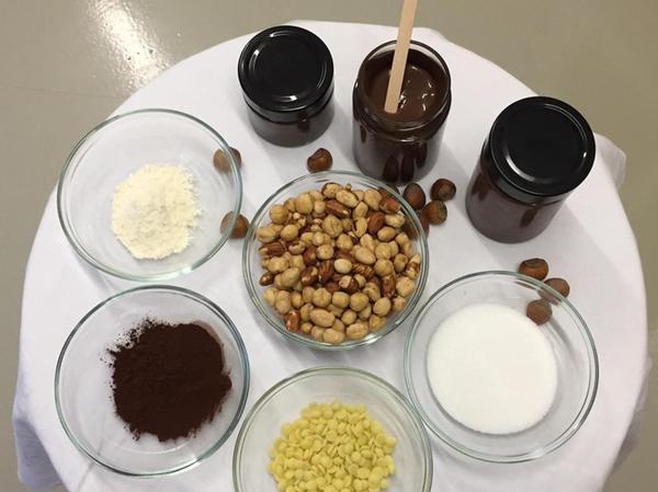 Das steckt drin: Nüsse, Zucker, Kakaobutter, Kakaopulver und Vollmilchpulver.