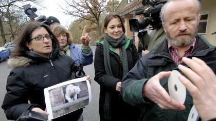 Stellvertretender Tiergartenleiter Helmut Mägdefrau berichtet der Presse über den Tod der kleinen Eisbären.