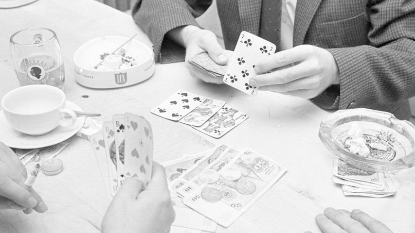 Auf dem Tisch häufen sich die Geldscheine. Mit der Kreuz-7, die oben gezogen wird, ist die Kasse gesprengt. Erleichtert kann der '17 und 4'-Spieler einige hundert Mark einstreichen.  Hier geht es zum Kalenderblatt vom 14. Oktober 1967: Spielhölle ausgehoben