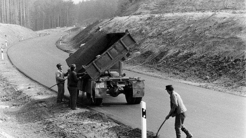 Mit der Freigabe eines 1,7 Kilometer langen neuen Teilstücks wurde vor 40 Jahren die B2 zwischen Schnabelwaid und Creußen auf eine neue Trasse verlegt. Damit gehörten eine bergige Strecke durch den Wald, eine enge Bahnunterführung und ein schienengleicher Bahnübergang endgültig der Geschichte an. Die Baukosten hierfür betrugen rund 1,4 Millionen Mark. Zwei Jahre vorher war für 1,7 Millionen Mark bereits eine Ortsumgehung für Schnabelwaid gebaut worden. Foto: Reinhard Bruckner