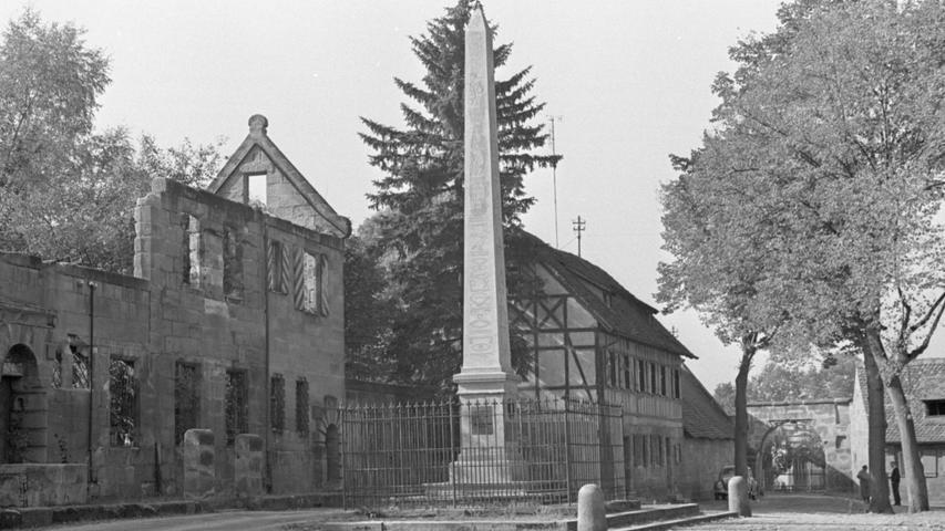 Einen eigenartigen Gegensatz stellt der schlanke Obelisk mit der Bilderschrift der alten Ägypter auf dem Gut in Hammer zu den alten Fachwerkgebäuden dar.  Hier geht es zum Kalenderblatt vom 17. Oktober 1967: Die Hieroglyphen von Hammer