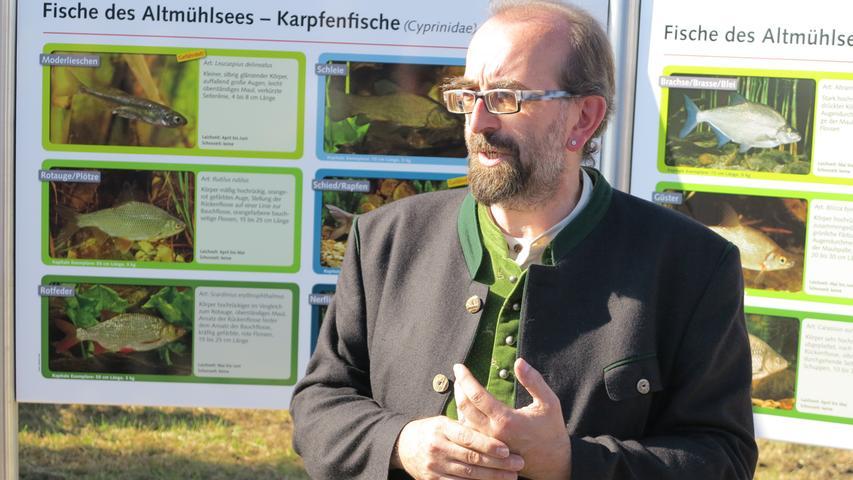 Foto: Wolfgang Dressler; Oktober 2017; AB Motiv: 5. Fischerfest Altmühlsee Seezentrum Wald Wolfgang Eckerlein (Tourist Info Gunzenhausen) vor einer Tafel des neuen Fischerei-Lehrpfads