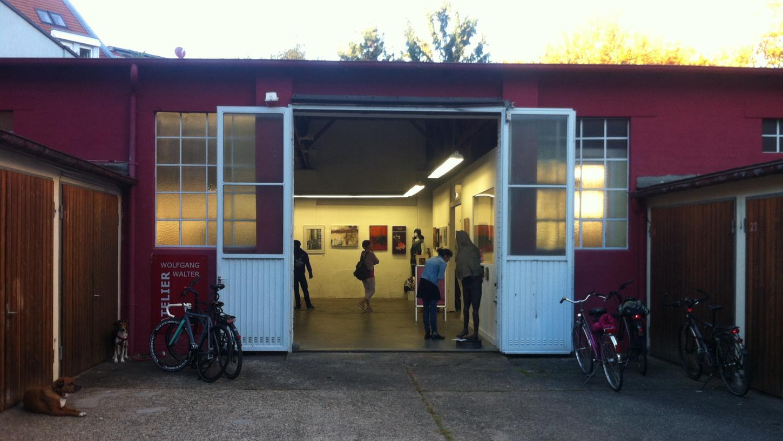 Hier sollte man den GOHO–Rundgang 2017 beginnen: Im Rückgebäude der Rosenaustraße 10 befindet sich am Ende des Garagenhofs die Überblick-Ausstellung mit Werken der beteiligten Gostenhofer Künstler.