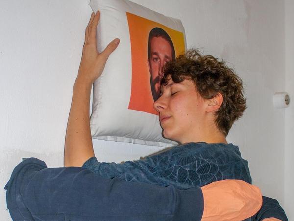 ... die Umarmungs-Installation von Lara Sielmann.