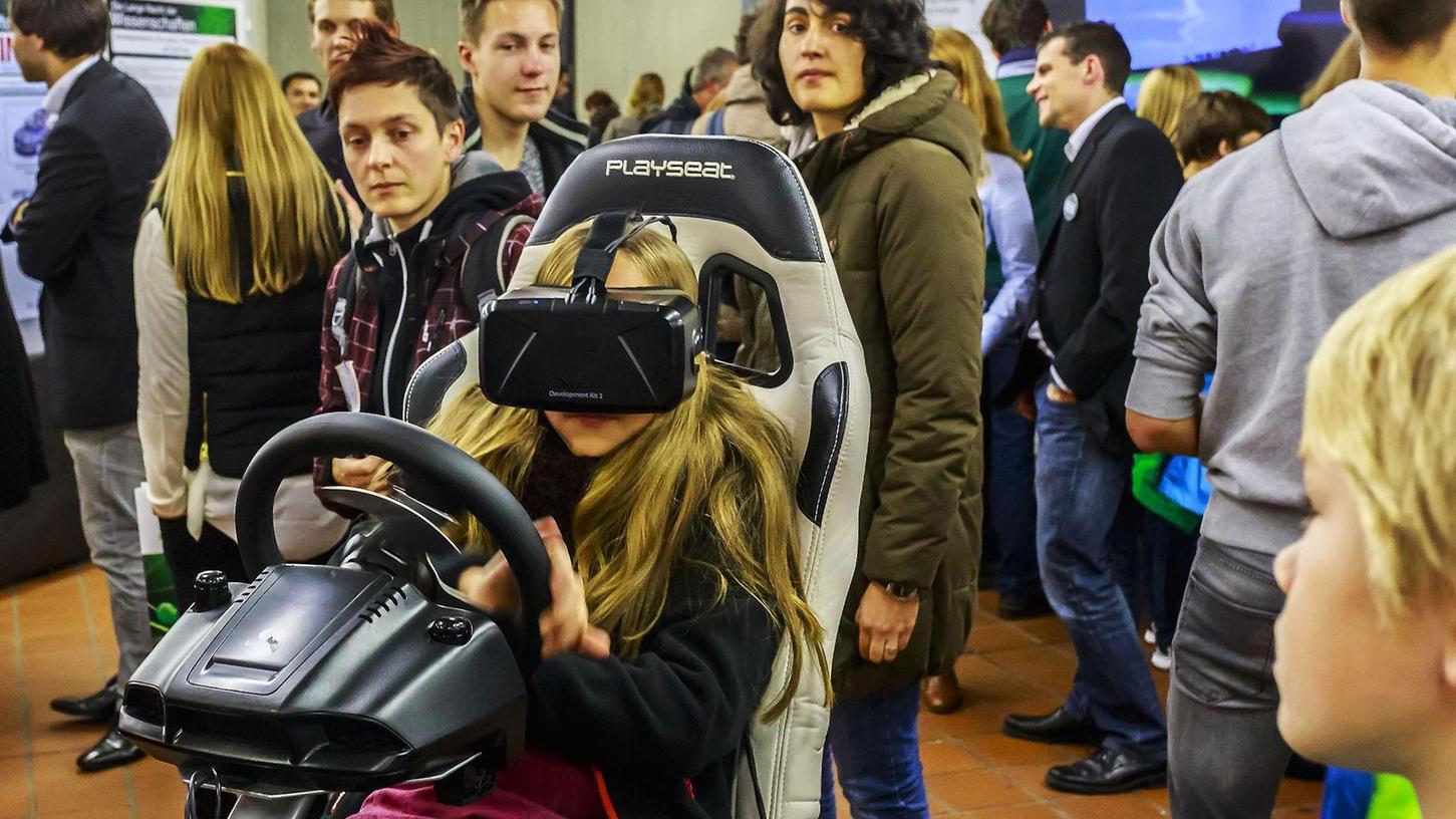 Ist das echt oder fährt sie nur vor ihrem inneren Auge durch die Wüste Nevadas? In der Langen Nacht der Wissenschaften am Samstag, 21. Oktober, öffnen sich viele akademische Einrichtungen, um den Laien zum Beispiel über den neusten Stand der Virtual Reality samt VR-Brille zu informieren.