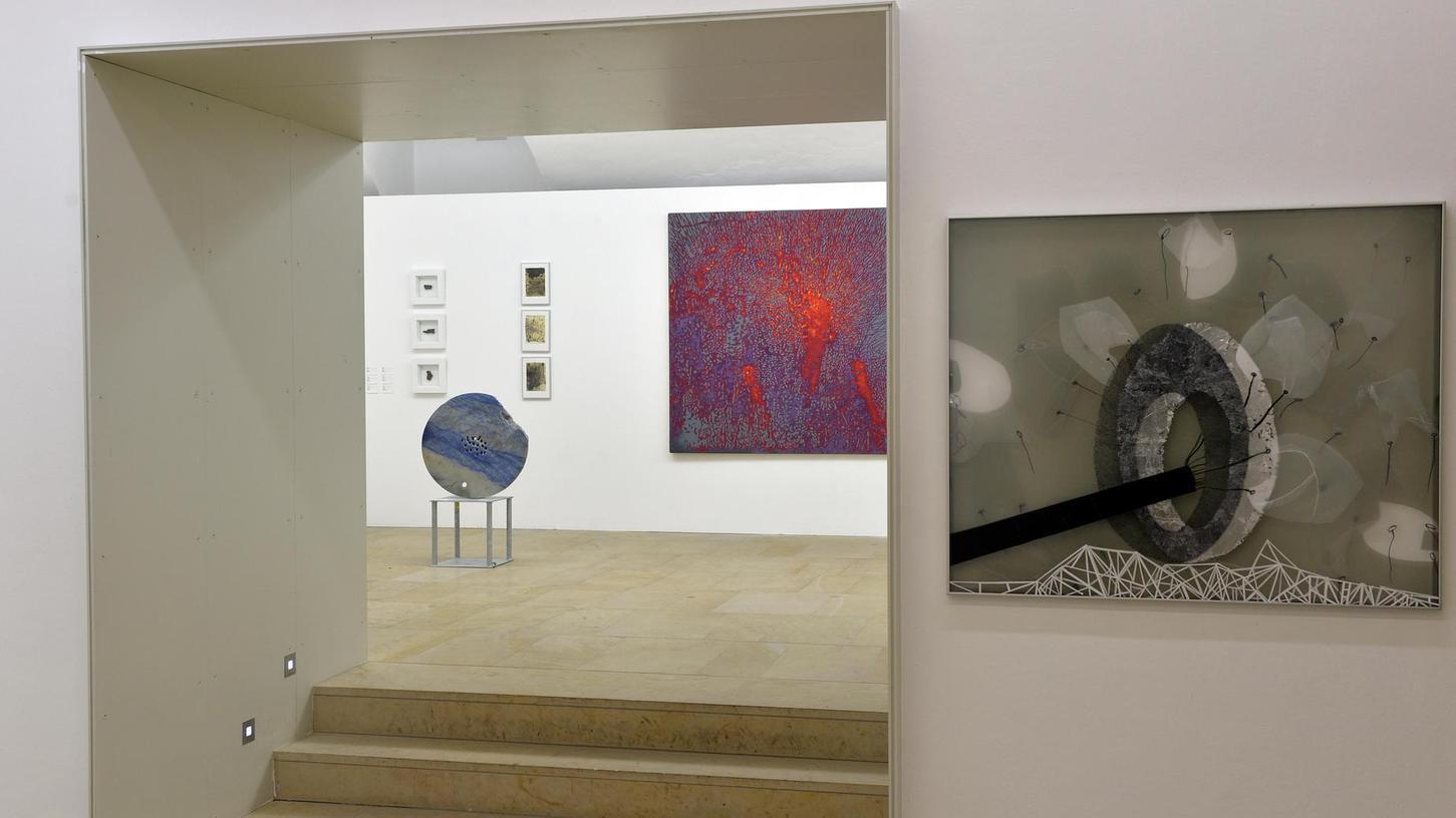 In den Kellerräumen setzt sich die Ausstellung (hier mit Arbeiten u. a. von Claudia Endres und Günter Paule) fort.