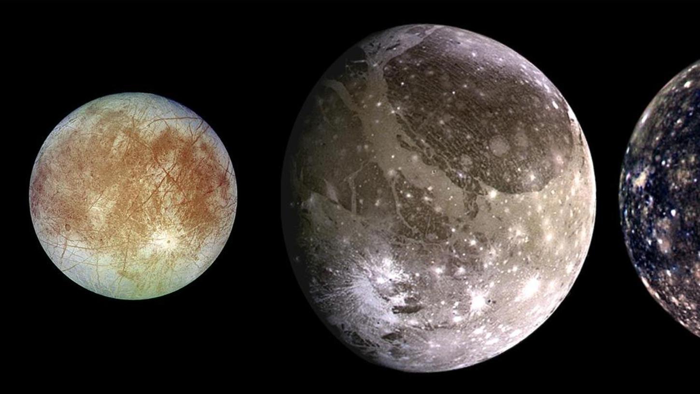 """""""Galileische Satelliten"""" heißen heute die vier größten Monde des Planeten Jupiter. Benannt sind sie nach Galileo Galilei, der sie im Jahr 1610 als Erster beschrieben hat. Der mittelfränkische Astronom Simon Marius veröffentlichte ihre Einzelnamen (v. l. n. r.): Io, Europa, Ganymed und Kallisto. Ganymed hat einen Durchmesser von 5262 Kilometern."""