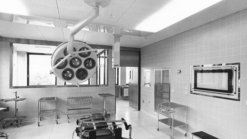 Oftmals landen die Patienten mit Alkoholvergiftung hier im OP-Saal. Dann bleibt nur noch die Möglichkeit, den Magen auszupumpen.   Hier geht es zum Kalenderblatt vom 19. Oktober 1967: Kampf gegen das Gift