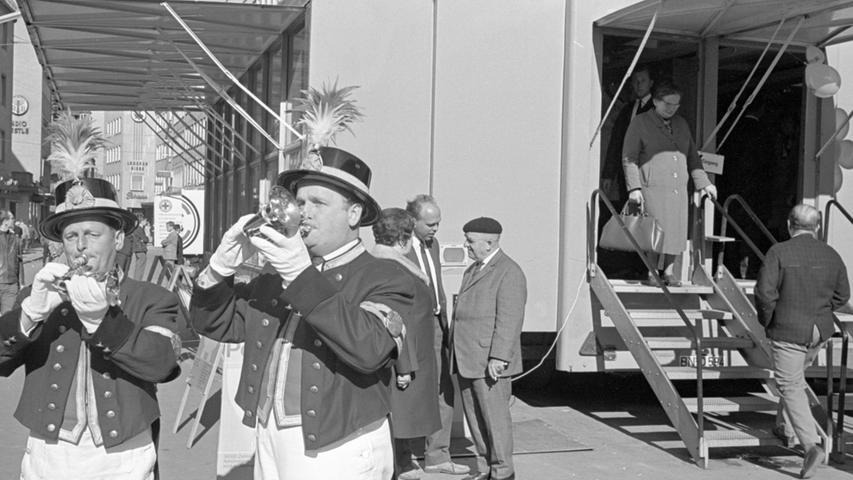 """In der Pfannenschmiedsgasse ist gestern """"die rollende Postsparkasse"""", die schon an die 50 Städte im Bundesgebiet besucht hat, für zwei Tage vor Anker gegangen.  Hier geht es zum Kalenderblatt vom 20. Oktober 1967: Die Postillione lockten zur Kasse"""