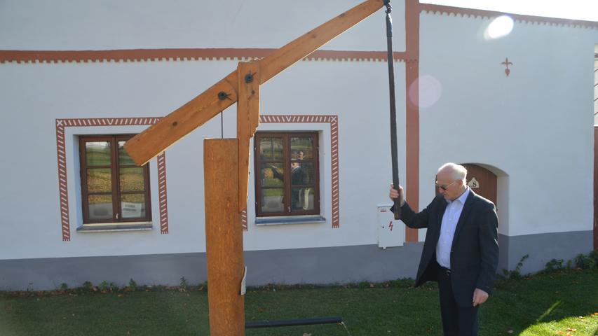 Paul Lindner aus Waischenfeld staunte: Sogar die Wasserpumpe im historischen Dorf funktionierte.