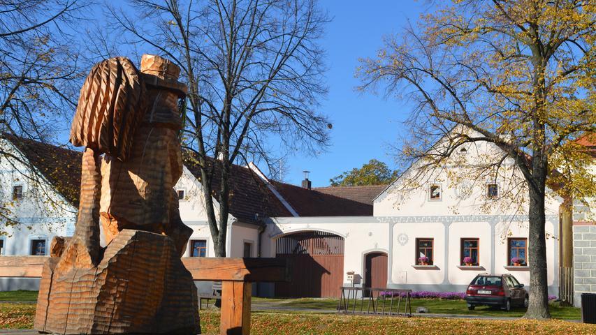 Das Bauernbarock-Dorf Holašovice aus dem 13. Jahrhundert mit seiner einzigartigen Anordnung der 22 Gebäude rund um einen Teich zählt zum Weltkulturerbe.