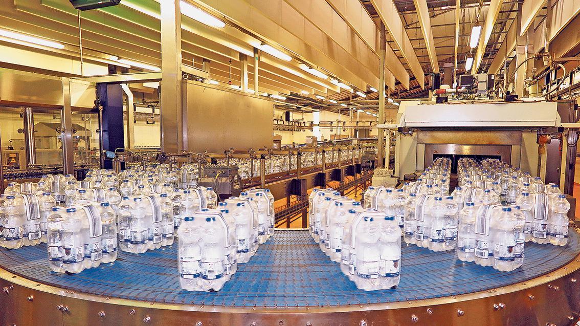 In der Abfüllanlage der Firma Altmühltaler kommt 3000 bis 4000 Jahre altes Mineralwasser aus 240 Metern Tiefe in die Plastikflaschen der Discounter.