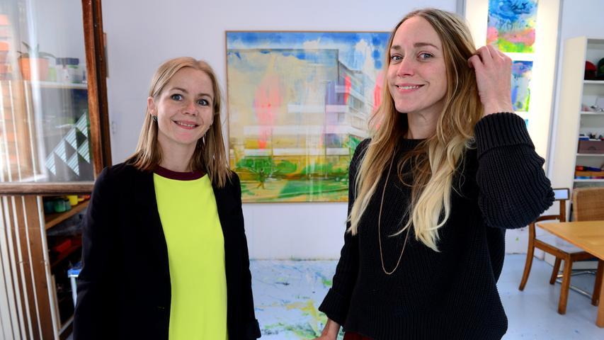 Fürther Künstlerinnen und Künstler luden ein zum Gastpiel 2017 und bekamen jede Menge Besuch. Hier in der Friedrichstraße 17 bei Julia Frischmann (links) und Cyrena Dunbar - jetzt ohne Masken.