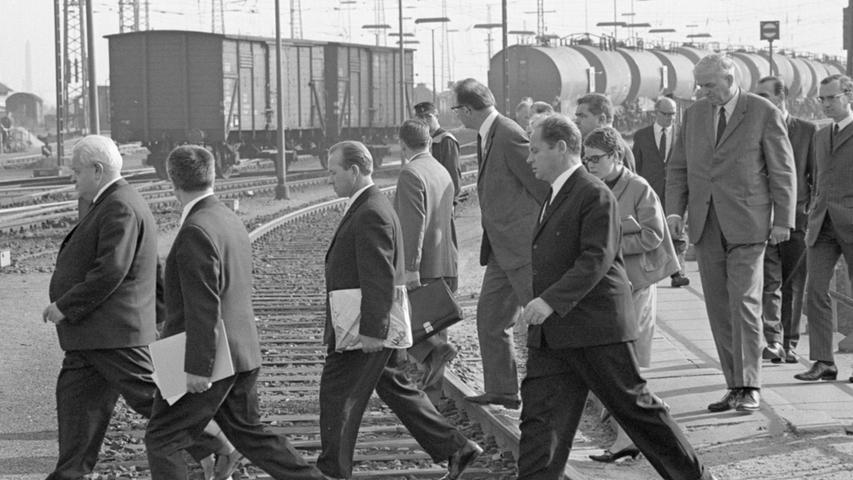 Durch die endlosen Gleisbetter am Rangierbahnhof marschierte die Delegation der Eisenbahngewerkschaft der UdSSR.  Hier geht es zum Kalenderblatt vom 25. Oktober 1967: Eisenbahner aus der UdSSR Gäste