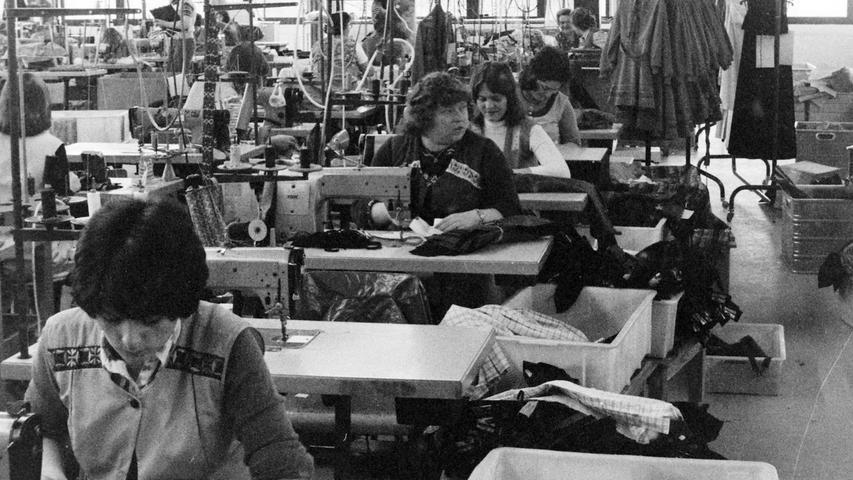 """Vor 40 Jahren nahm die einstige Pegnitzer Bekleidungsfirma Hohe-Modelle ihre 2,5 Millionen Mark teure neue Betriebsstätte im Industriegebiet """"Kleiner Johannes"""" in Betrieb. Auf 3800 Quadratmetern Nutzfläche konnten dort zentral alle 420 Beschäftigte untergebracht werden, die vorher in zahlreichen Mietobjekten über ganz Pegnitz verteilt arbeiteten. Nur der Zuschnitt blieb am Bahnhofsteig und die kaufmännische Abteilung im firmeneigenen Gebäude an der Fichtenohe. Durch die Produktion auf einer Ebene versprach sich Hohe eine bessere Wettbewerbsfähigkeit. Trotzdem ist die Firma heute längst Geschichte, das Gebäude längst in anderen Händen. Foto: Volz"""