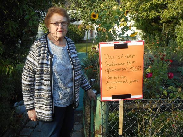 Luise Oßmann am Gartentor: Die Familie Oßmann pflegt ihre kleine Oase schon seit dem Jahr 1968.