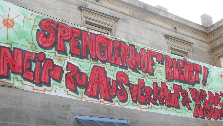 """Mit dem Transparent """"Spenglerhof bleibt! Nein zu Ausverkauf und Verdrängung"""" kämpfen die Anwohner der Spenglerstraße 13 und 13a für den Erhalt ihrer Gärten."""
