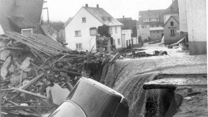 Das Wasser reißt eine Schneise der Zerstörung durch Katzwang.