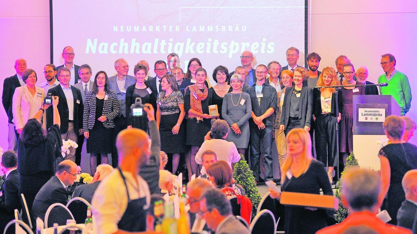 Mehr als 150 Besucher waren gekommen, um live mitzuverfolgen, welche Ideen und Projekte heuer den Neumarkter Lammsbräu Nachhaltigkeitspreis bekommen sollten. Auf dem Foto: die Nominierten.