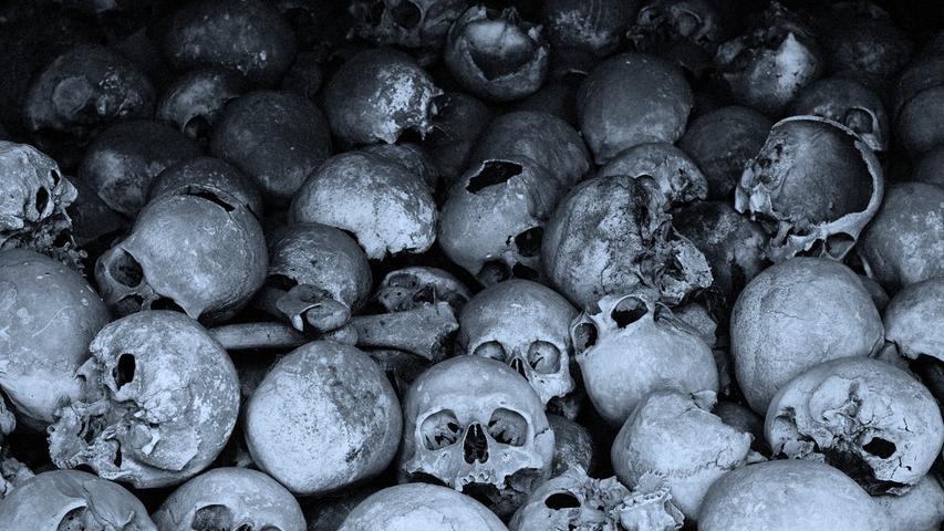 Unzählige Knochen und über 5000 menschliche Schädel aus dem Mittelalter sind in den Gewölben der ehemaligen St.-Katharinen-Kapelle aufgeschichtet. Kein Wunder, dass diese Spuren der Vergangenheit die Phantasie vieler Horror-Fans befeuern. In einschlägigen Internet-Foren wird gemunkelt, dass sich der Schöpfer des Gruselhelden John Sinclair von der Gedenkstätte auf dem Friedhof von Chammünster zu dem Groschenheftchen