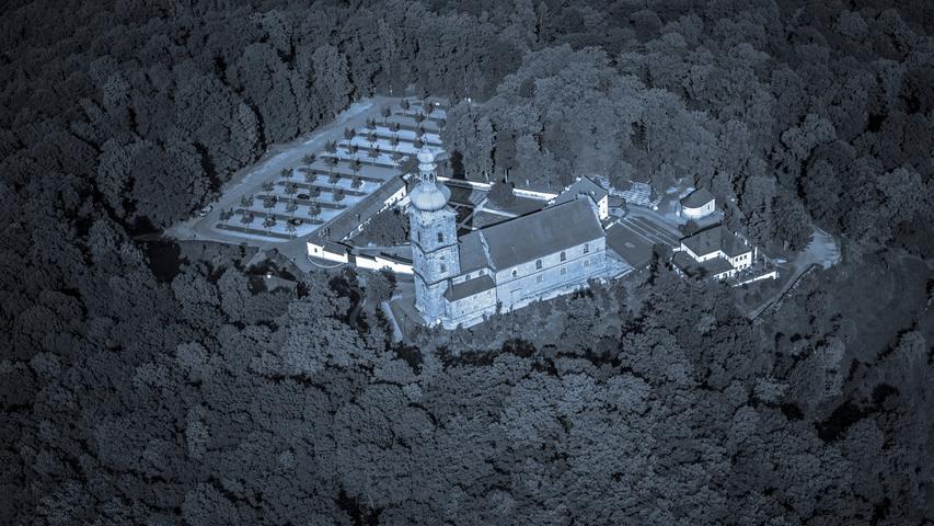 Heute ist die 150 Höhenmeter über der Stadt Amberg thronende Mariahilfkirche ein bekannter Wallfahrtsort, von der vermutlich um das Jahr 1100 dort errichteten Burg ist dagegen nichts mehr zu sehen. Um deren Ende ranken sich aber eine ganze Reihe von Schauergeschichten. Unter anderem soll wegen der Untaten eines dort lebenden Raubritters ein Gewitter die Burg und alle ihre Bewohner fortgespült haben. Die Hollerwiese auf dem Mariahilfberg soll deshalb hohl klingen, wenn man dort einen Stein fallen lässt. Angeblich finden sich im Untergrund noch Überreste des verfluchten Baus. Außerdem soll dort der Geist eines verfluchten Mädchens umgehen, dass an einem Sonntag den Gottesdienst verschlafen hatte.