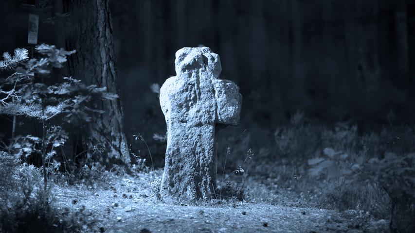 Nahe Eichelburg im Landkreis Roth sind noch Reste der Burg Wartstein zu sehen. Auch ein Wegkreuz erinnert an den Bau, der mehrmals niedergebrannt und zerstört wurde. Seinen Beinamen Teufelsknopf verdankt der Ort dem schlimmen Schicksal eines örtlichen Wirtes, der dort dem Satan in Menschengestalt begegnet war. Der Teufel bot einen Taler dafür, wenn ihm der Wirt etwas von seinem Blut gebe. Der aber drohte dem Leibhaftigen Prügel an,  der daraufhin mit ohrenbetäubendem Gekreische verschwand und dabei einen goldenen Knopf verlor. Kurz darauf verfiel der Wirt dem Wahnsinn, und noch heute soll es an diesem Ort spuken.