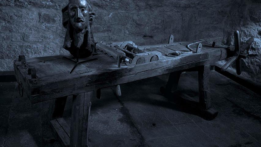 Grauenerregende Folterinstrumente wie Stachelstuhl, Streckbank oder Beinschrauben, der Mantel eines mittelalterlichen Scharfrichters oder Darstellungen des