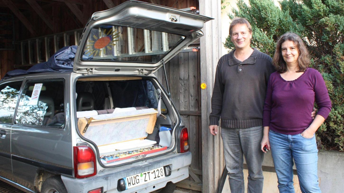 """Herwig und Anke Hufnagel und ihr """"Erk"""". Der gleichnamige Tüftler aus Kassel baute dieses Auto mit einer Subaru-Karosserie seit 1991 in Serie. Zum Fuhrpark der Meinheimer Familie gehört er seit 2005."""