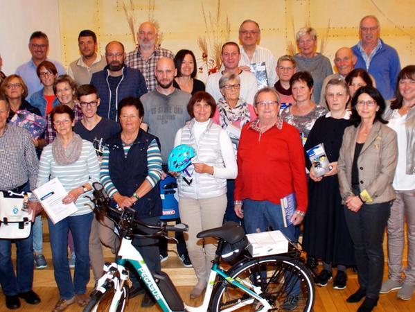 Fleißige – und glückliche — Stadtradler: Bürgermeister Karl-Heinz Fitz (rechts) mit Ingrid Pappler, Gabi Bayerlein und Helga Wieland mit den Gewinnern der Verlosung.
