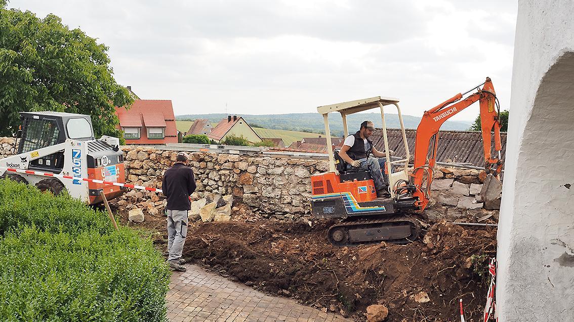 Rings um die Hofmauer der alten Auernheimer Wehrkirche wurde in den vergangenen Wochen kräftig gebuddelt.