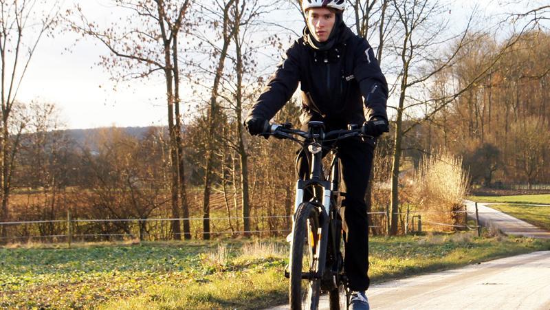 E-Biker im Winter: Mit dem Akku sollte jetzt besonders sorgsam umgegangen werden.