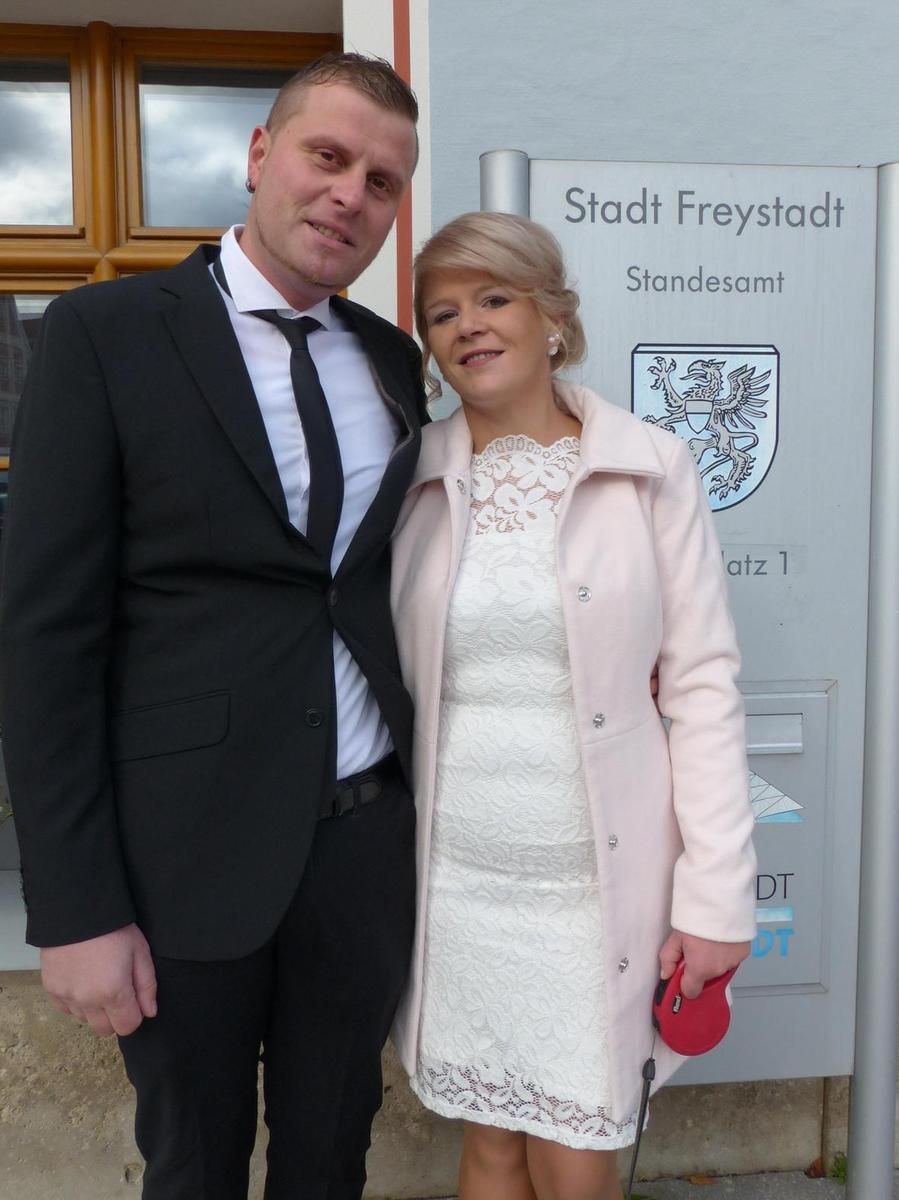 Ganz spontan vor wenigen Tagen entschlossen sich Sonja Grad aus dem Allersberger Ortsteil Guggenmühle und Manfred Deß aus Möning, zu heiraten und machten ihren Entschluss innerhalb von vier Tagen wahr. Im Freystädter Rathaus traute sie nun Bürgermeister Alexander Dorr und gratulierte den frischgebackenen Eheleuten. Die 32-jährige Friseurin und der 34-jährige Spengler sind seit 15 Jahren ein Paar und wohnen im eigenen Haus in Möning.