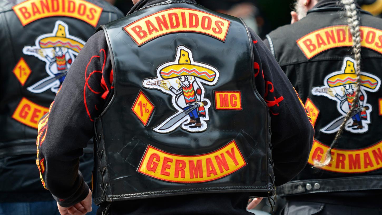 Die Bandidos gelten als eine der gefährlichsten Rocker-Banden der Welt. Weil sechs LKA-Beamte Ermittlungen im Zusammenhang mit einem V-Mann verschleiert haben sollen, stehen sie nun vor Gericht.